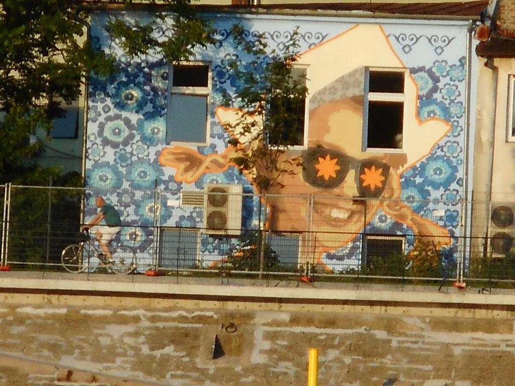 Grafit, Stari Grad: Devojčica s kikama. grafit graffiti street art beograd belgrade stencil marker.