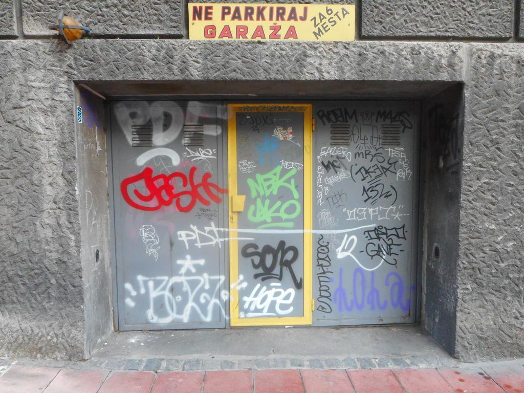 NLO, Stari Grad: Garage door. grafit graffiti street art beograd belgrade stencil marker paste ulična umetnost sprej.