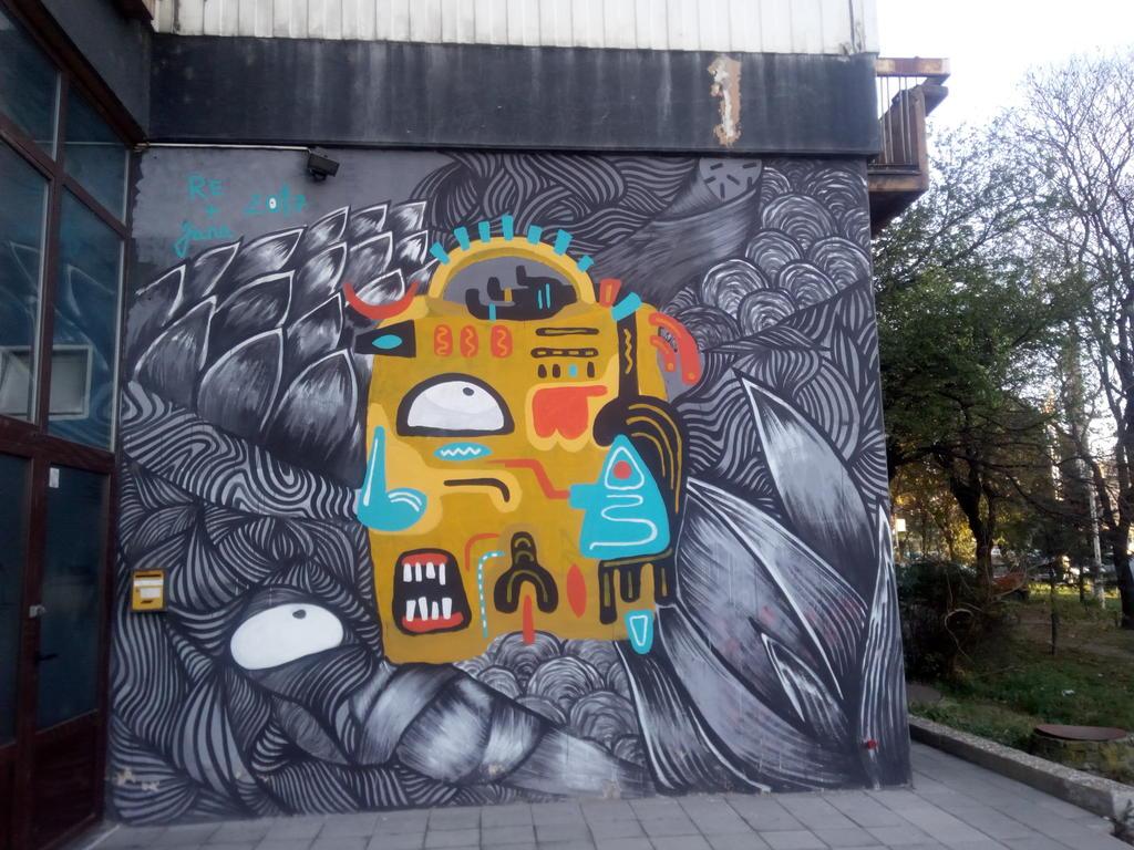 Grafit, Stari Grad: Walkman. grafit graffiti street art beograd belgrade stencil marker paste ulična umetnost sprej mural zid.