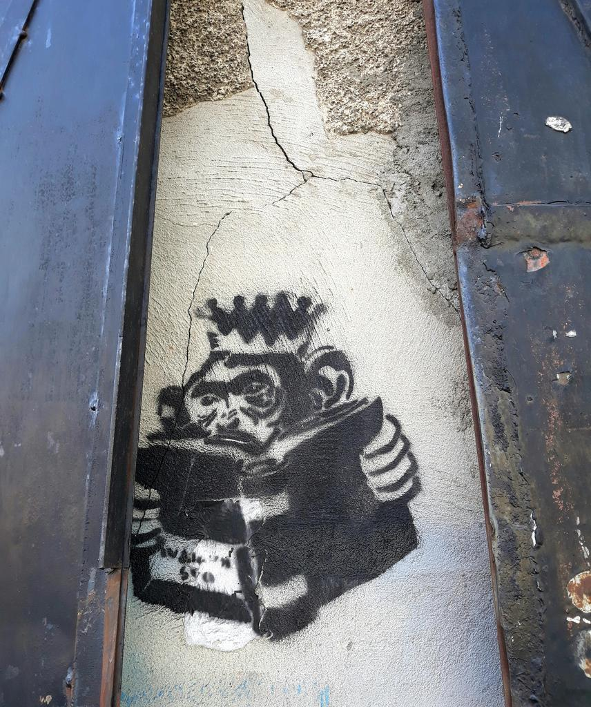 Stencil, Stari Grad: King of the Bongo Bong.