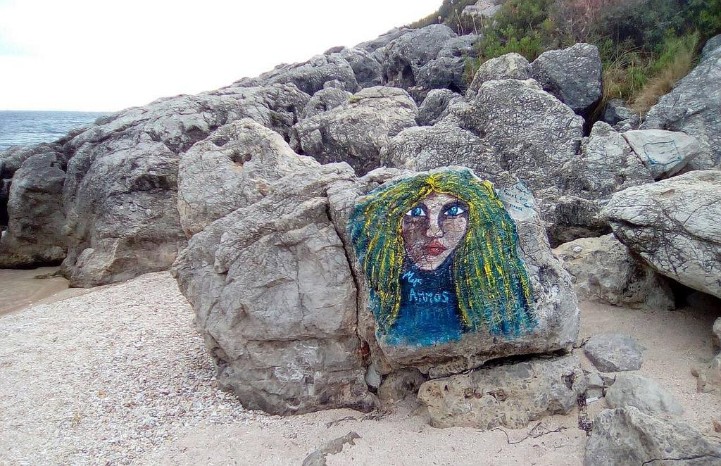 Grafit, Sývota: Na plaži. Greece.